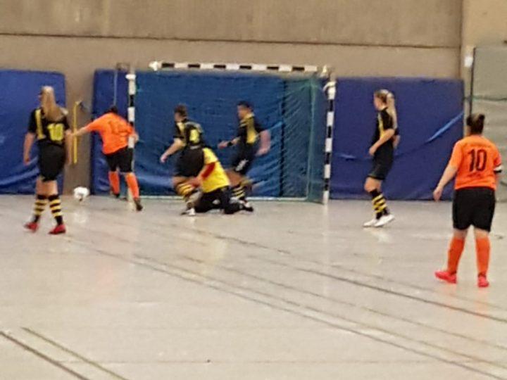FCG-Futsalerinnen mit Feldspielerin im Tor