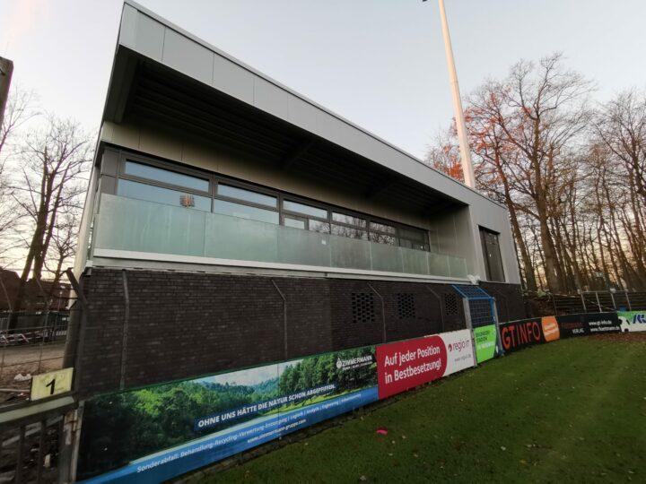 Gerüst abgebaut: Freie Sicht auf das neue Vereinsheim im Stadion